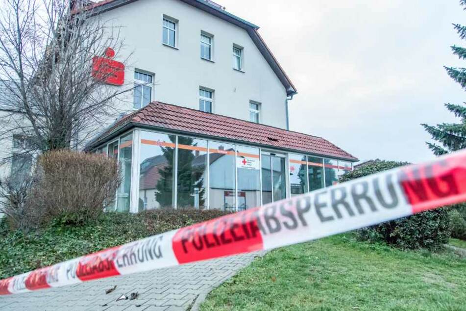 Die Polizei hat den Tatort weiträumig abgesperrt und die Ermittlungen aufgenommen.