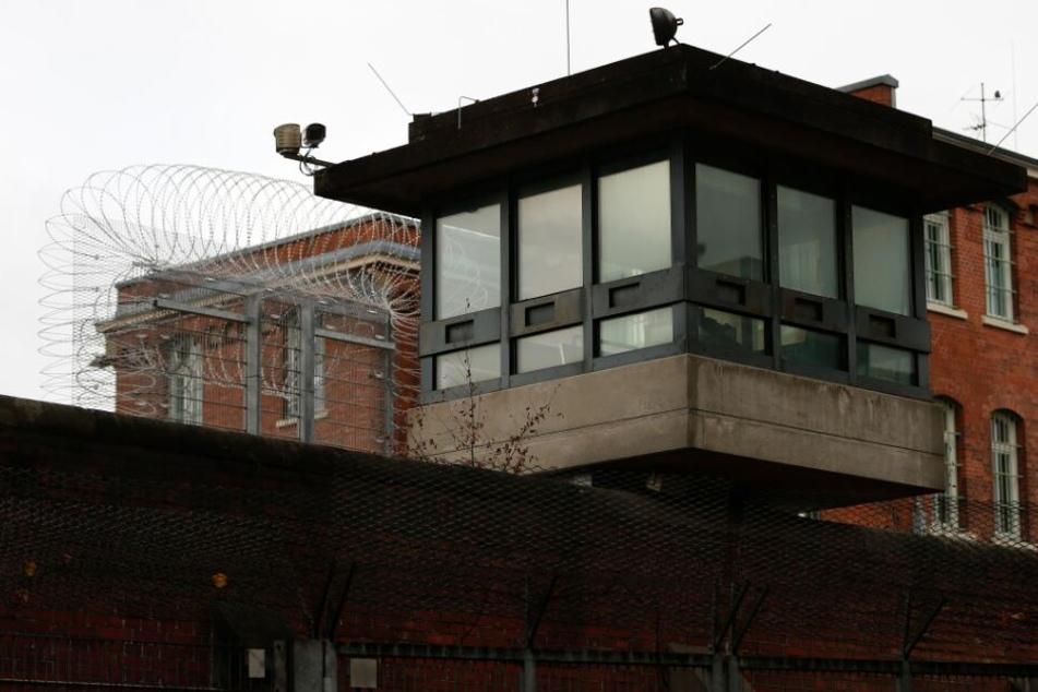 Spektakuläre Flucht: Häftling entkommt auf dem Weg zu Beerdigung