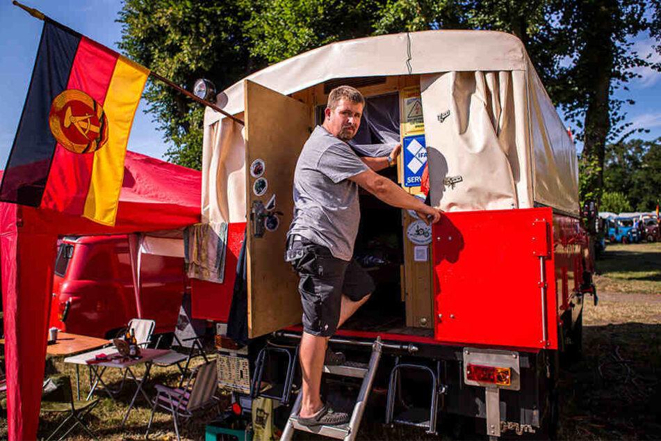 """Organisator Kai Krähahn (43) hat seinen in Zittau produzierten """"Ello"""" von der Feuerwehr zum Wohnwagen umgebaut."""