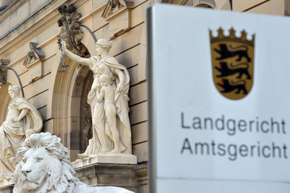 Die Verhandlung findet am Landgericht Ulm vor der Jugendkammer statt.