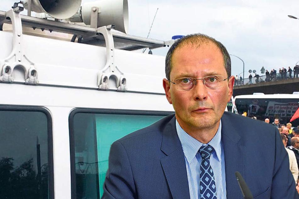 Innenminister Markus Ulbig (52,  CDU). Er nannte die Arbeit der Polizei professionell, distanzierte sich aber von  einer Bemerkung gegenüber PEGIDA.