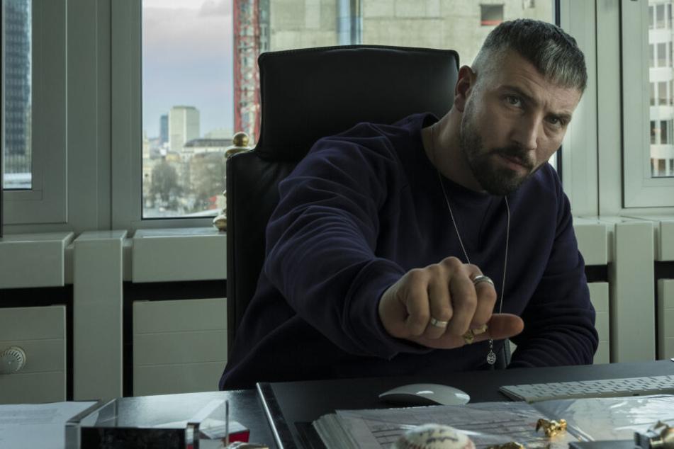 """Murathan Muslu als Plattenboss Kalifa aus der Netflix-Serie """"Skylines""""."""