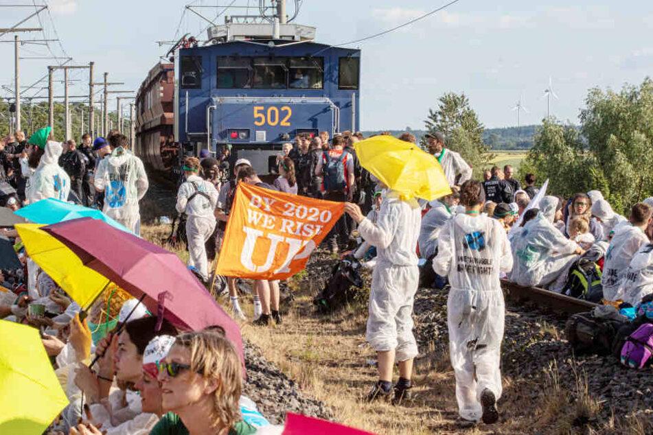 Seit Freitagabend blockieren etwa 800 Aktivisten die Gleise zu einem Kraftwerk.