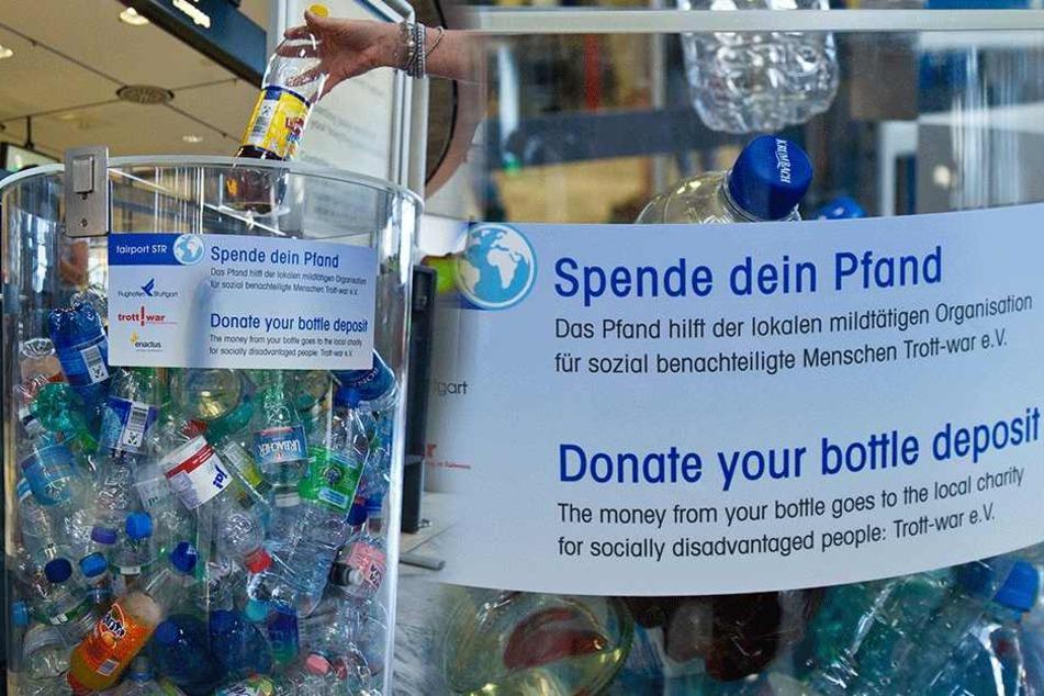 Am Stuttgarter Flughafen können Passagiere ihre Pfandflaschen schon seit Ende 2013 für den guten Zweck spenden.