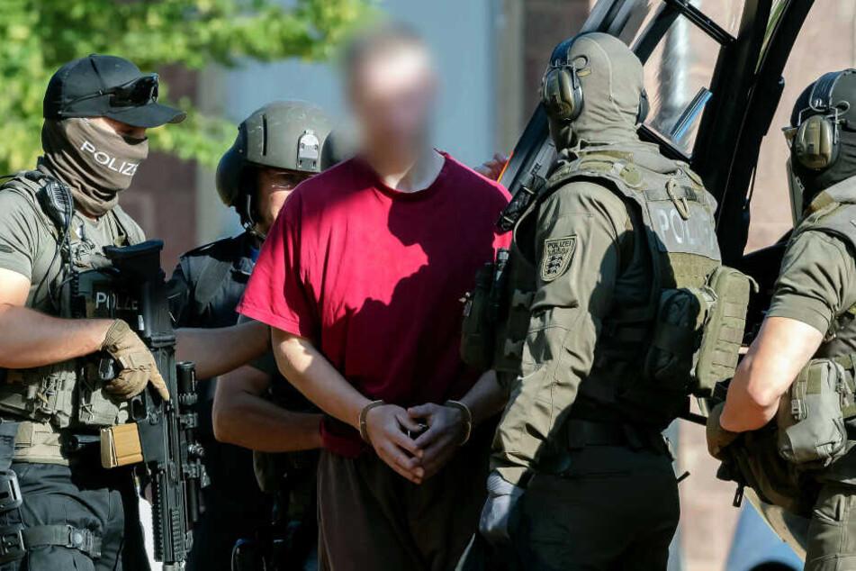 Stephan E. (Mi.) wird von einem Hubschrauber zum Bundesgerichtshof (BGH) zu einem Ermittlungsrichter gebracht.