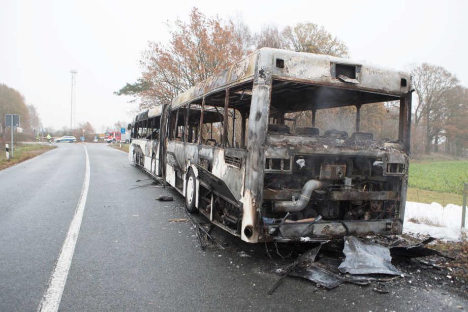 Der Bus brannte binnen weniger Minuten komplett aus.