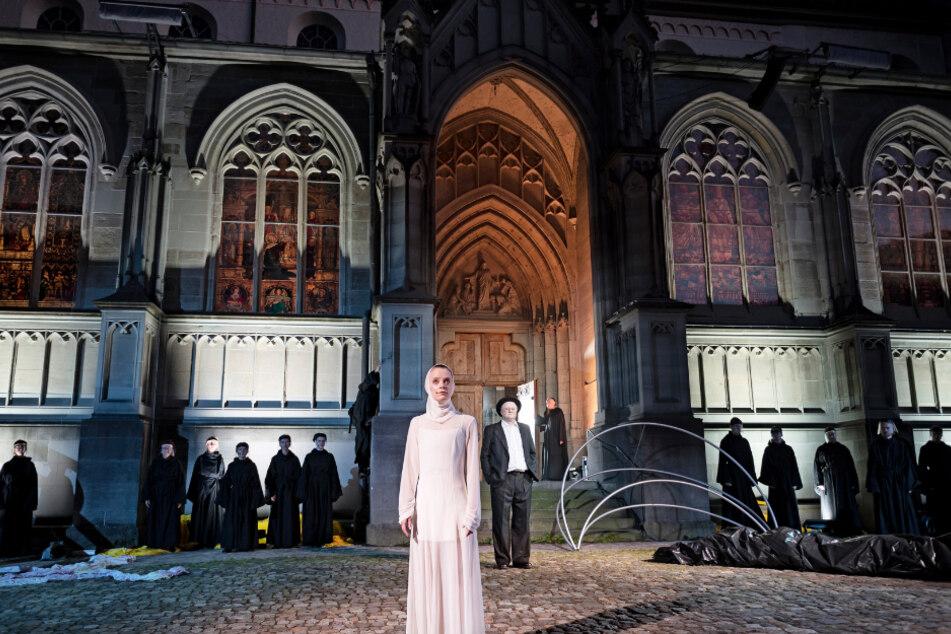 """Die Schauspielerin Sarah Siri Lee König vom Theater Konstanz probt auf dem Münsterplatz in Konstanz auf einer Freilichtbühne das Stück """"Hermann der Krumme oder die Erde ist rund""""."""