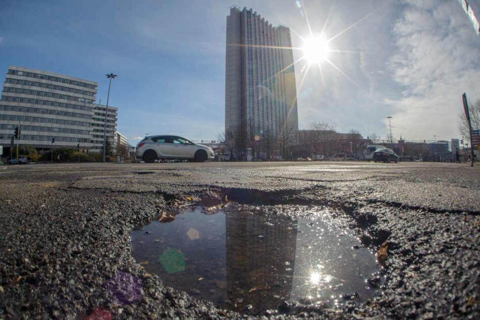 Loch an Loch: Selbst in der Chemnitzer Innenstadt hat der Frost den Fahrbahnen  zugesetzt. So auch auf dem Innenstadtring.