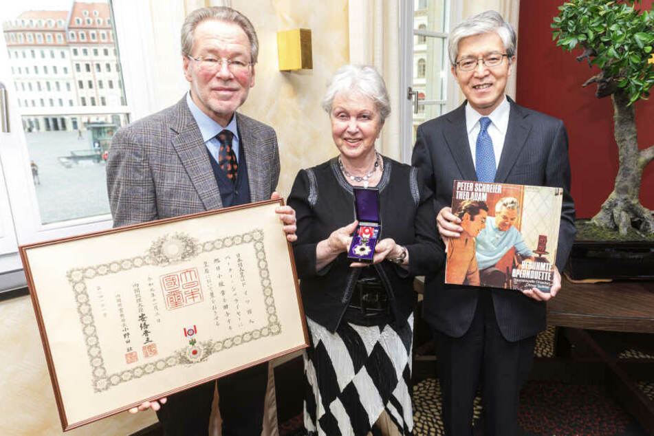 Renate Schreier (84) nahm den Orden von Takeshi Yagi (65, r.) entgegen. Der japanische Botschafter hält eine DDR-Schallplatte von 1973, auf der Peter Schreier mit Theo Adam (1926-2019) singt. Links Torsten Schreier (62).
