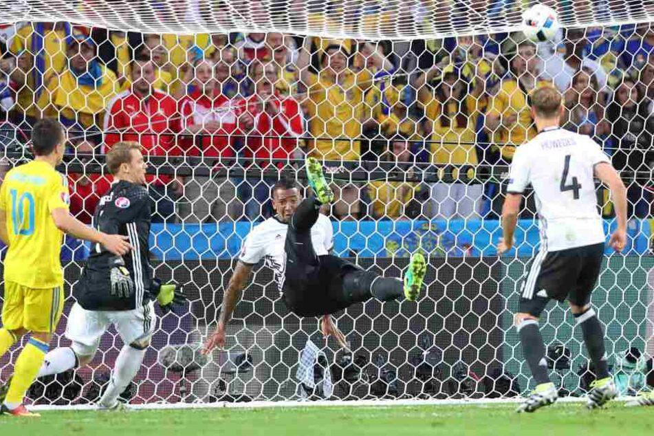 Im Spiel gegen die Ukraine schlug Boateng mit dieser artistischen Einlage von der Linie.