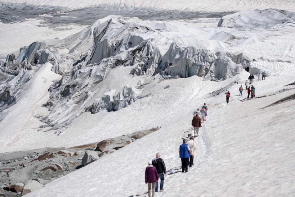 Der Rhonegletscher in der Schweiz ist der älteste Alpengletscher und wird mit weißen Decken vor dem Schmelzen geschützt.