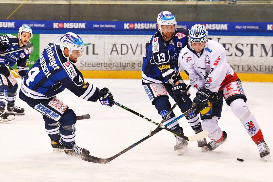 Wie im Heimspiel am Freitag setzten die Eislöwen Steve Hanusch (l.) und Christian Neuert (M.) die Heilbronner um Jan Pavlu früh unter Druck.