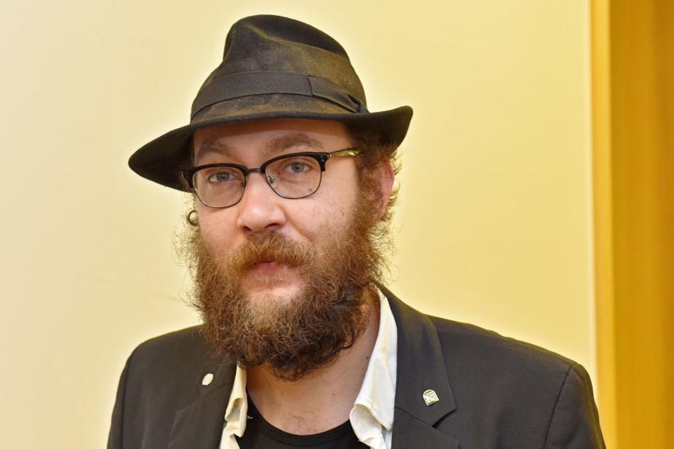"""Max Aschenbach (32), Dresdner Vorstand der Satire-Partei """"Die PARTEI""""  verteidigt das Plakat."""