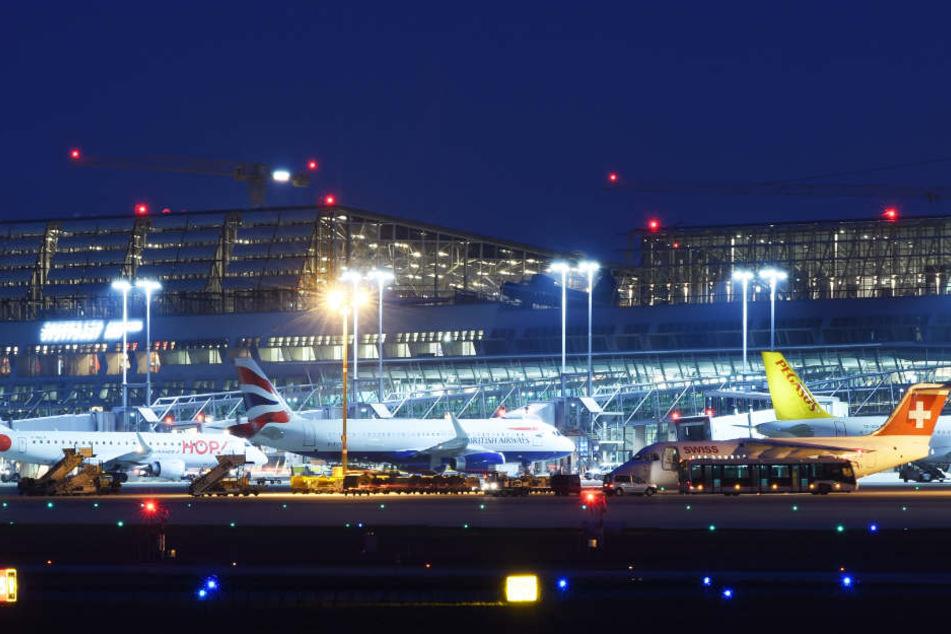 Auf dem Stuttgarter Flughafen musste die Maschine am Samstagabend zwischenlanden. (Archivbild)