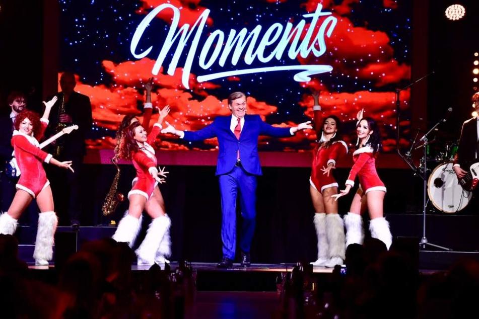 Ramon Hopman lässt es mit den Tänzerinnen auf der Bühne krachen.