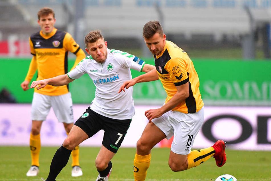 Levent Aycicek (M.) ringt mit Paul Seguin um den Ball. Niklas Hauptmann (hinten) beobachtet die Szene.