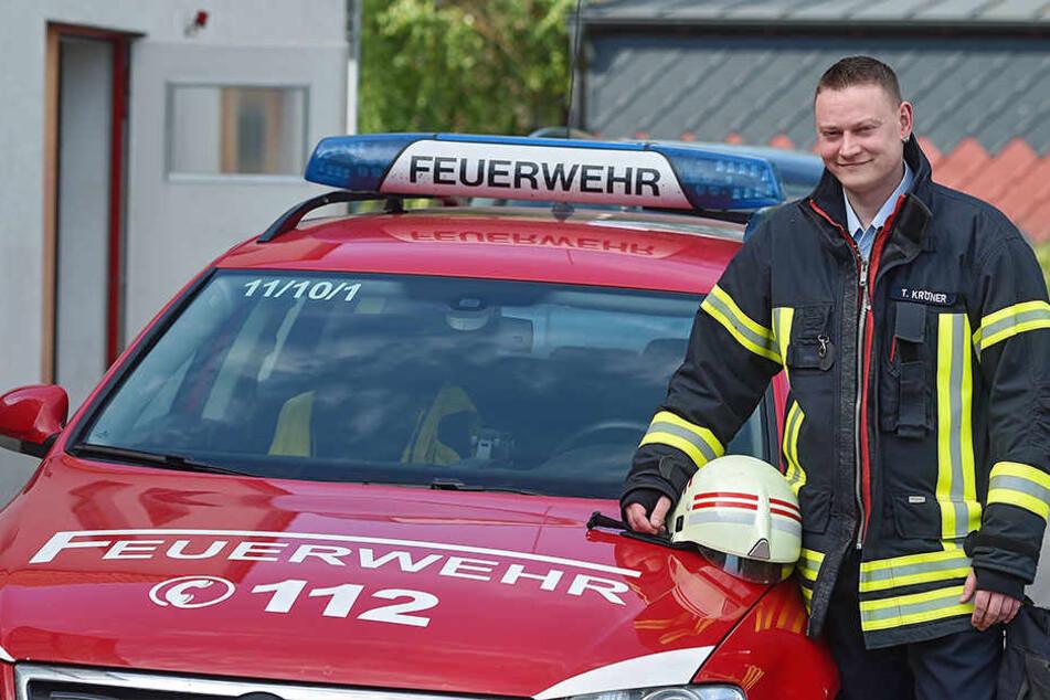 Wehrleiter Tobias Kröner (34) freut sich über die Hilfe aus der Luft.