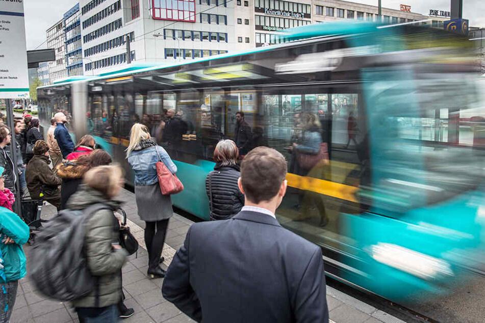 Reisende bekommen den Fahrpreis erstattet, wenn der Zug, der Bus oder die Bahn mehr als 10 Minuten Verspätung hat (Archivbild).