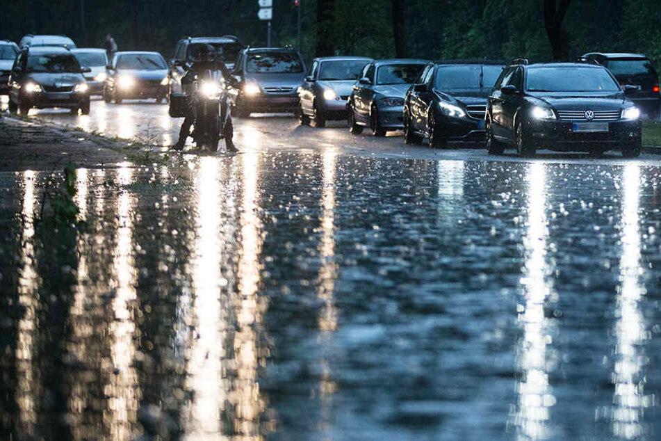 Teilweise waren Straßen durch die starken Regenfälle unpassierbar.