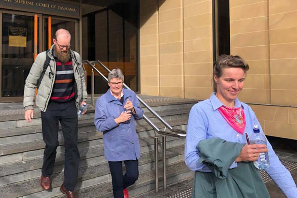 Rembertus Beerepoot (li.), seine Schwester Fanny (re.) verlassen das Gericht gemeinsam mit ihrer Mutter Linda.