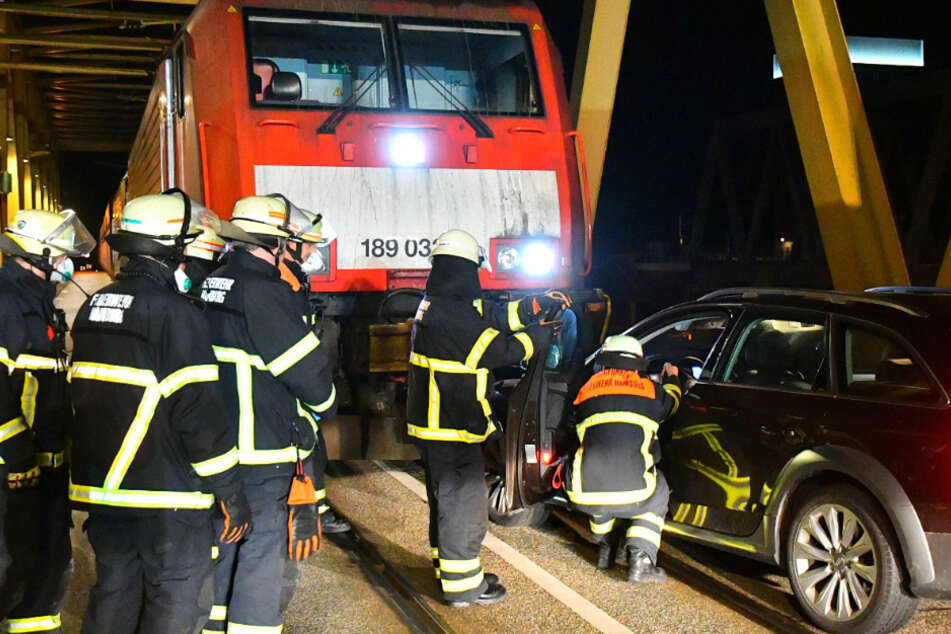 Unfall über der Elbe! Auto rast frontal in Güterzug