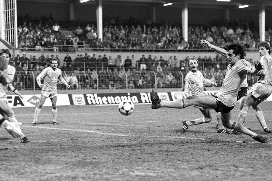 Ralf Minge streckt sich beim legendären Europacup-Spiel 1986 in Uerdingen nach dem Ball. Minge musste seinerzeit nach einem Zehenbruch fitgespritzt werden. Trotzdem gelang ihm bereits in der 1. Minute der Führungstreffer.