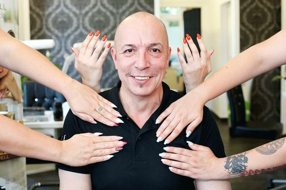 Nachdem sein Wunsch, eine eigene Bar in Dresden zu betreiben, scheiterte, macht Frank Brink (53) seit gestern Damen die Nägel schön.