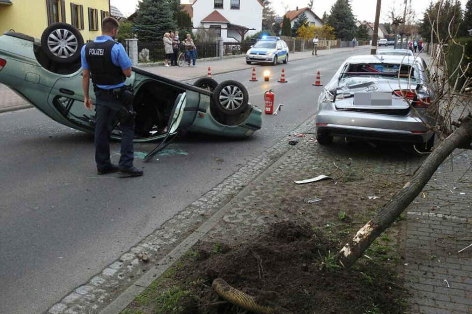 Die Fahrerin (31) rammte zunächst einen Baum und krachte dann gegen ein an der Straße abgestelltes Fahrzeug.