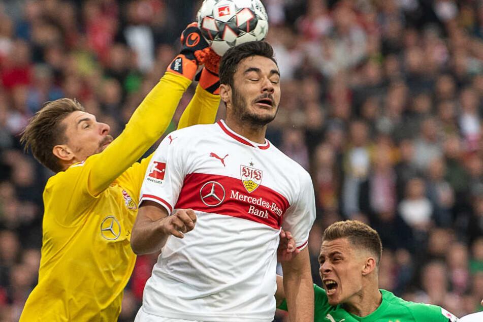 VfB-Verteidiger Ozan Kabak (Mitte) und der Stuttgarter Keeper Ron-Robert Zieler (l.). Am rechten Bildrand: Gladbachs Thorgan Hazard.