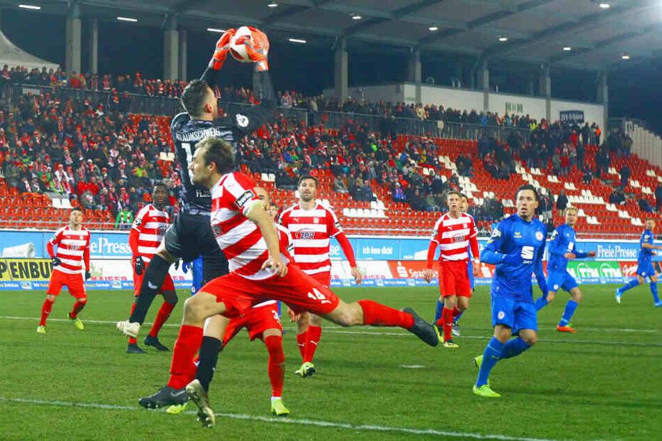 FSV-Kapitän Toni Wachsmuth (vorn) ging selbst voran und versuchte, Eintracht-Keeper Jasmin Fejzic unter Druck zu setzen. Am diesem Abend sollte es aber einfach nicht sein.