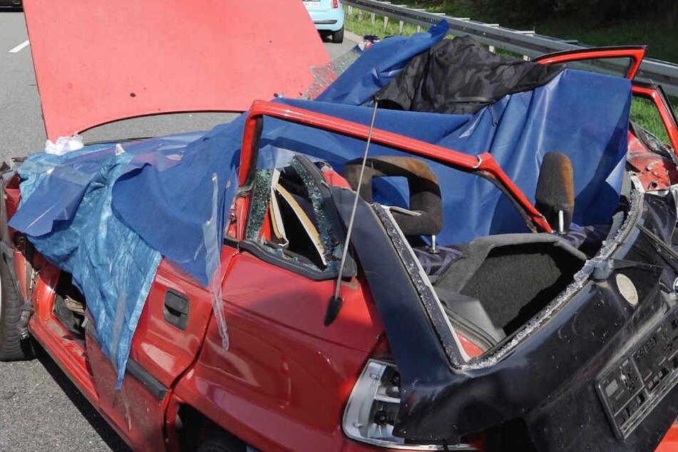 Bagger reißt Pannenauto auf - Fahranfänger stirbt
