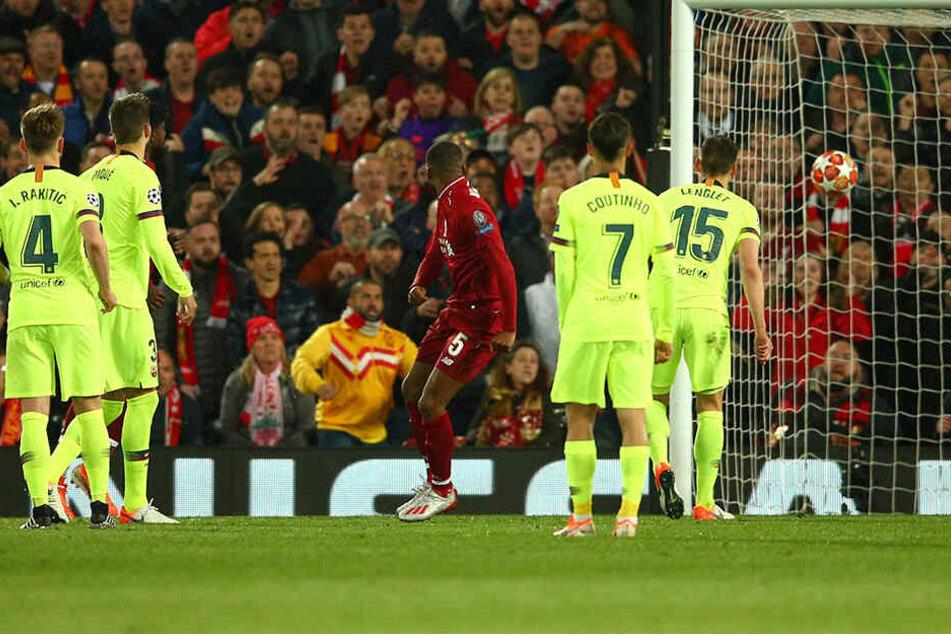 Fast ganz Barcelona schaut nur hinterher, während Liverpools Wijnaldum einköpft.