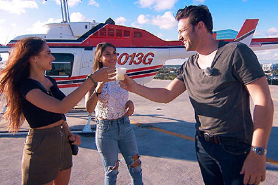 Für Yeliz und Samira geht es zum typischen Helikopter-Date.