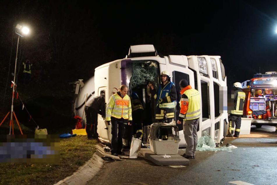 Einsatzkräfte am Lastwagen. Links unter einer Plane liegt der Leichnam des Fahrers.