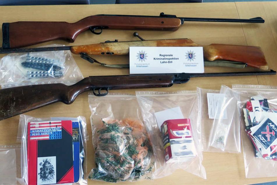 Schusswaffen, Messer und Drogen wurden sichergestellt.