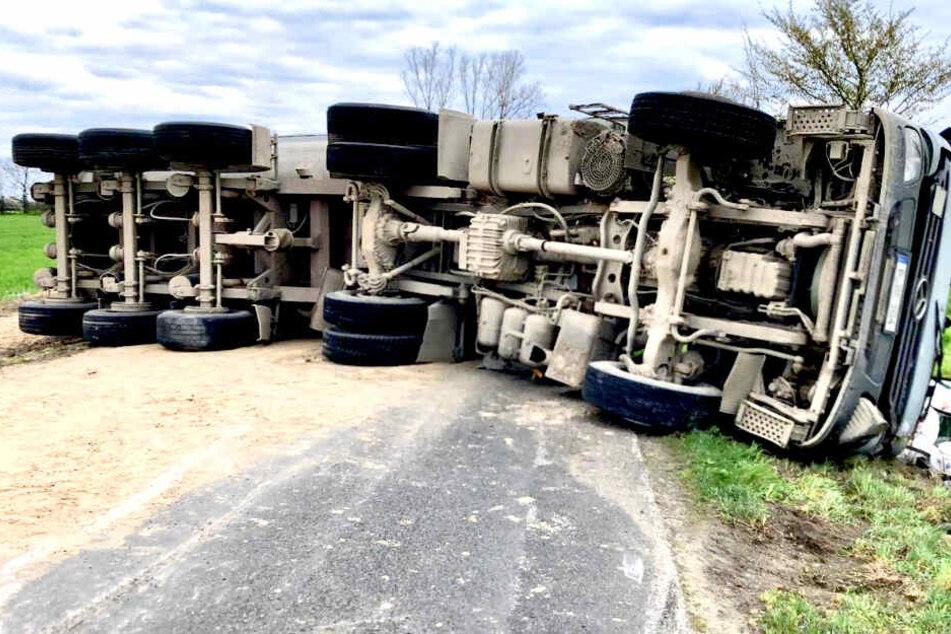 Sand-Laster kippt um: Fahrer im Krankenhaus