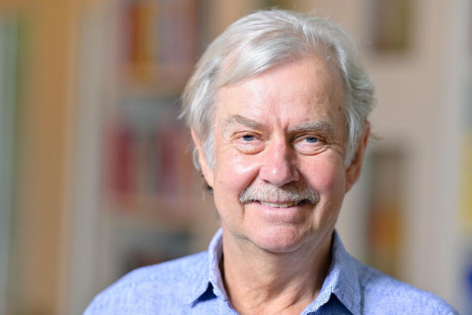 Ernst Fritz-Schubert, Systemischer Therapeut beim Fritz-Schubert-Institut, steht in einem Arbeitsraum.