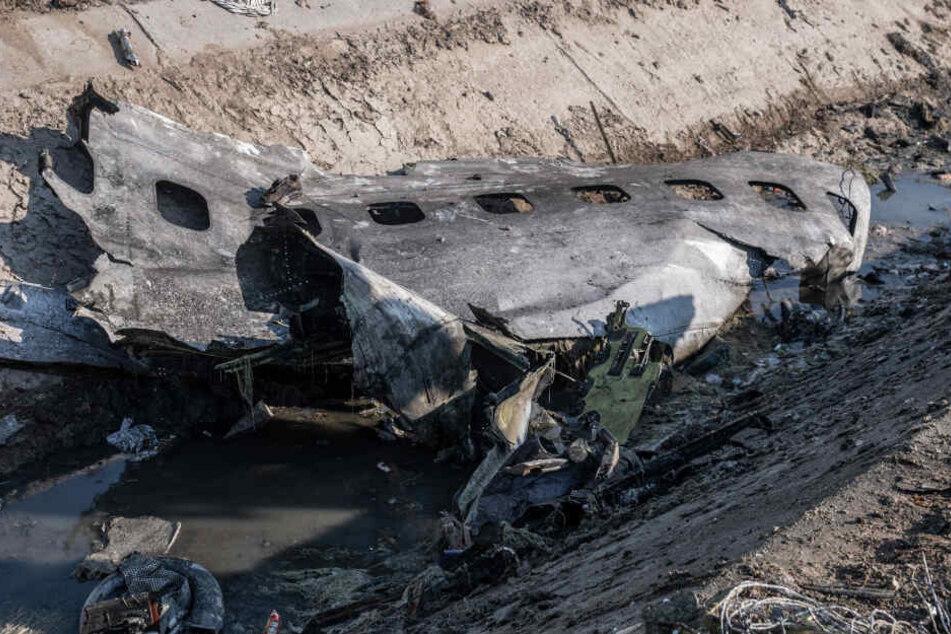 Ein Stück Flugzeugrumpf am Tatort, wo ein ukrainisches Flugzeug mit 176 Menschen am Mittwoch kurz nach dem Start vom Flughafen Teheran abstürzte