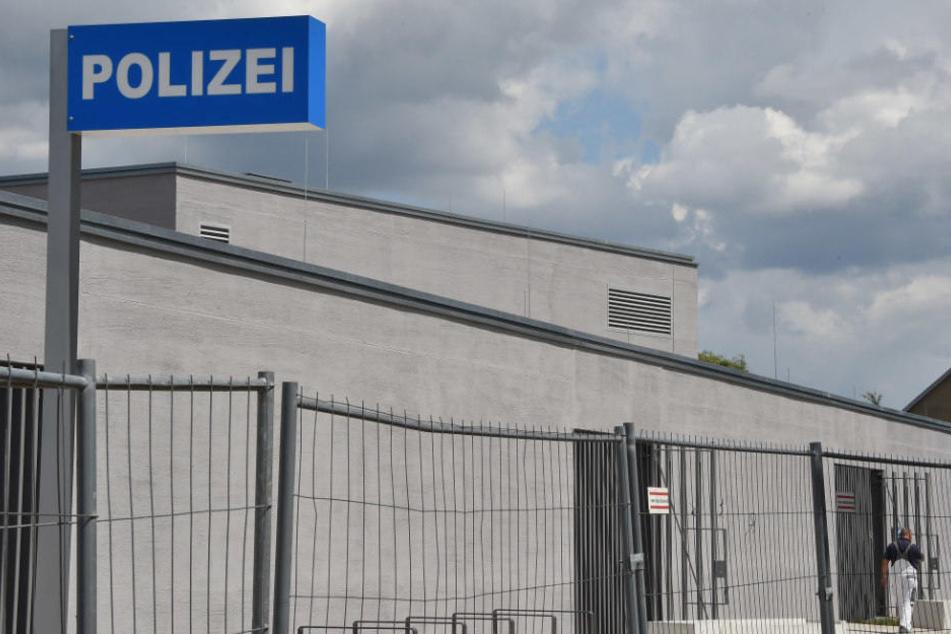 Vor dem Polizeirevier in Falkensee spielte sich das Ganze ab.