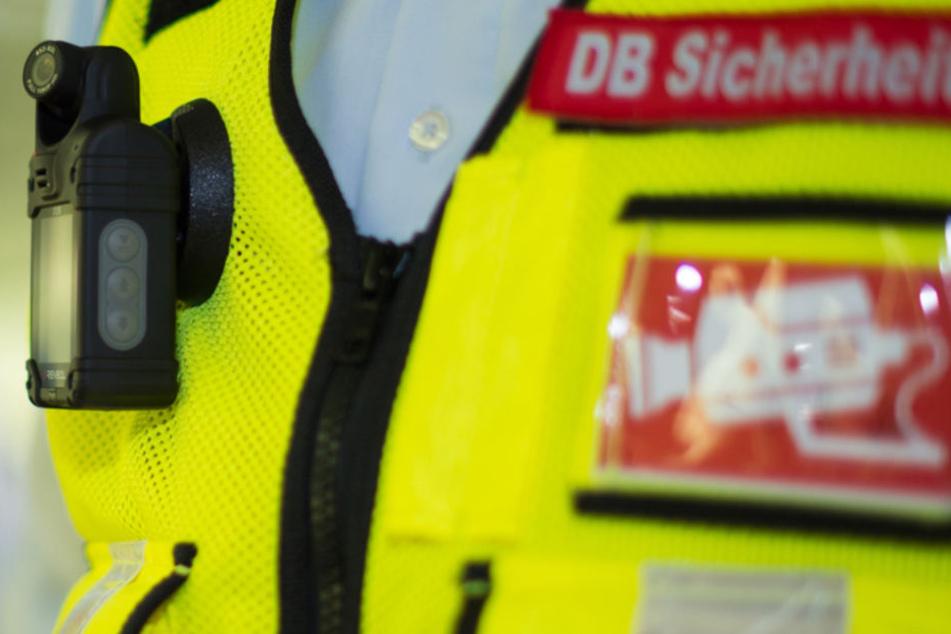 Auf der Weste eines Sicherheitsdienst-Mitarbeiters der Deutschen Bahn ist am eine sogenannte BodyCam befestigt.