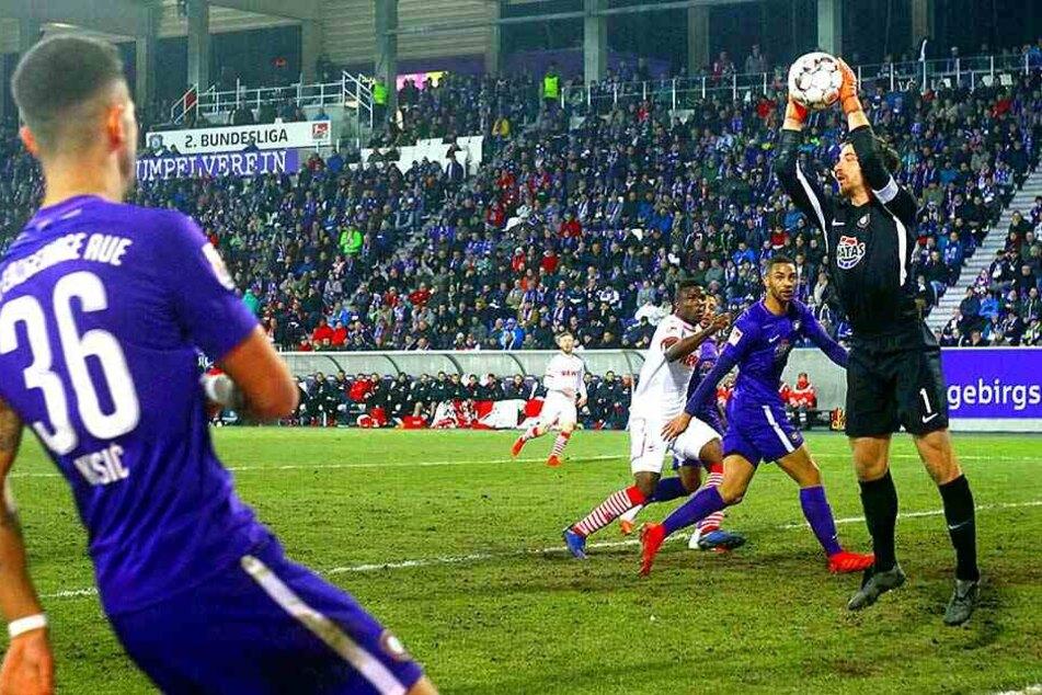An ihm lag es nicht: Martin Männel schnappt sich den Ball nach einer Flanke.