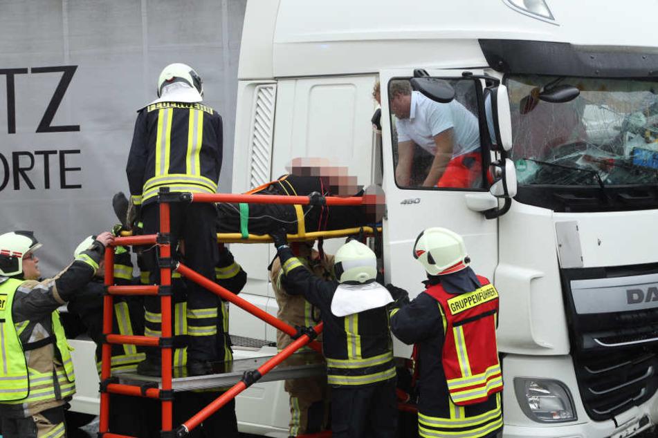 Beide Fahrer mussten schwer verletzt ins Krankenhaus gebracht werden.