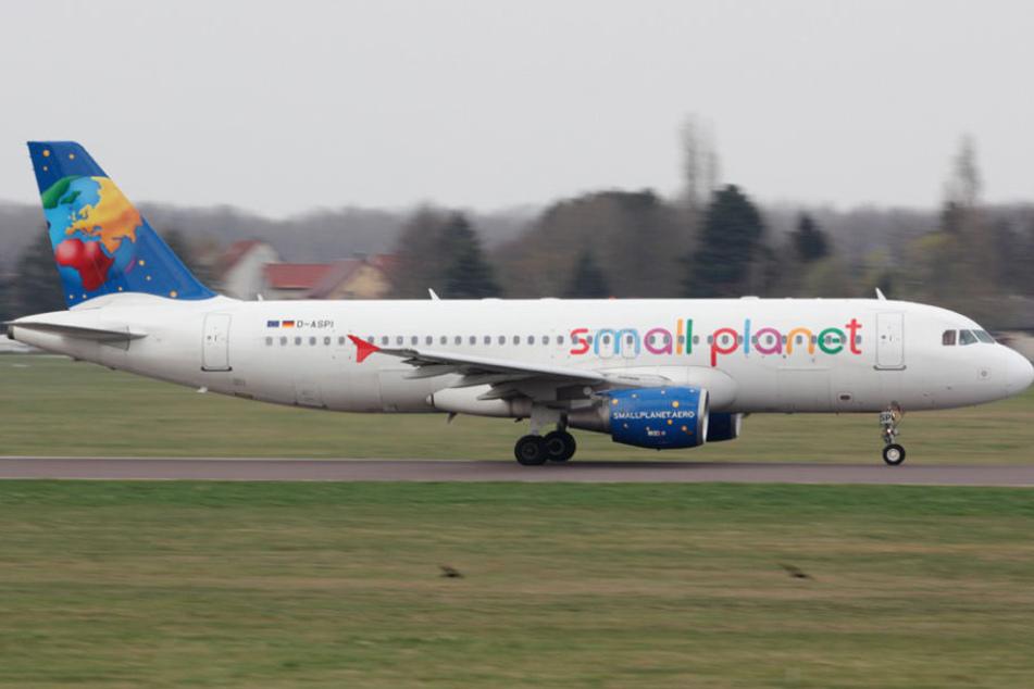 Eine Maschine der Small Planet Airlines während des Starts