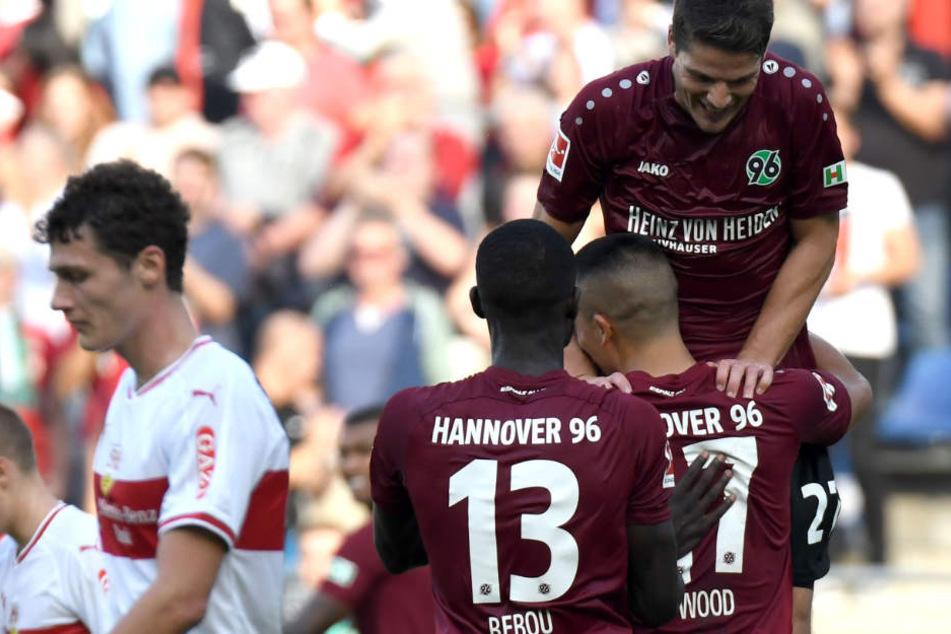 Hannover jubelt, VfB-Verteidiger Benjamin Pavard (l.) und seine Stuttgarter sind nun Tabellenletzter.