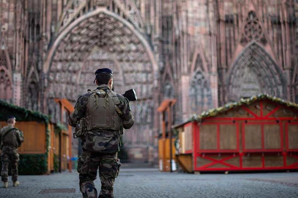 Ein bewaffneter Polizist patrouilliert auf dem Weihnachtsmarkt in Straßburg.