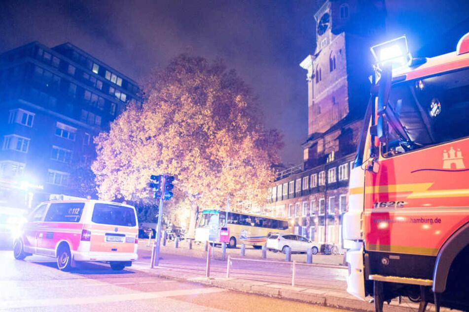 Die Feuerwehr konnte ein Übergreifen der Flammen auf weitere Gebäudeteile der Hauptkirche Sankt Katharinen in Hamburg verhindern.