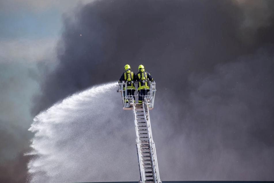Offenbar in einem Kühlturm der Großbäckerei Harry in Wiedemar bei Leipzig ist am Freitagmorgen ein Feuer ausgebrochen. (Symbolbild)