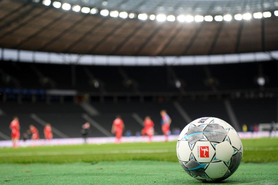Ein Ball liegt während eines Spiels am Spielfeldrand.