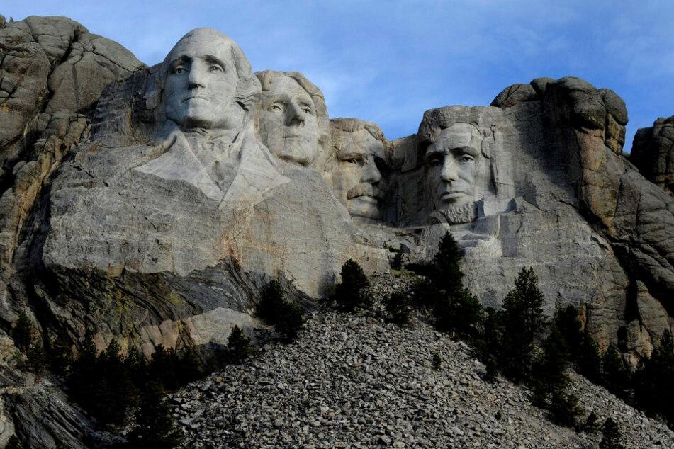 Vorbild für das Projekt sei Mount Rushmore in den USA, von dem die früheren US-Präsidenten George Washington, Thomas Jefferson, Theodore Roosevelt und Abraham Lincoln herabblicken.