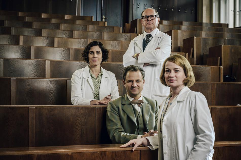 In den Hauptrollen v.l.n.r. : Kinderärztin Ingeborg Rapoport (Nina Kunzendorf, 48), Serologe Prof. Otto Prokop (Philipp Hochmair, 46), Gynäkologe Prof. Helmut Kraatz (Uwe Ochsenknecht, 64) und die junge Ärztin Dr. Ella Wendt (Nina Gummich, 29).
